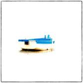 barque de peche, blanche et bleu vu arriere sur la plaque de son nom fidelité