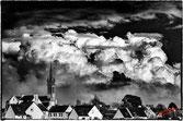 Nuages d'orage sur le petit village breton