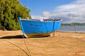 Bateau en bois bleu amarrer sur la plage