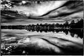 village de l'autre coté du lac, avec les reflets des nuages