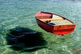 bateau dans les eaux transparentes, semble voler au dessus de l'eau
