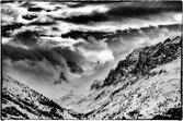 Vallée enneigée dans les Alpes