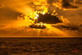 Percée du soleil couchant dans les nuages