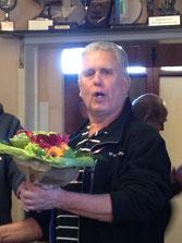 Albert Schuiling neemt de bloemen aan voor Edwin
