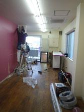 間仕切り壁の解体作業中です。