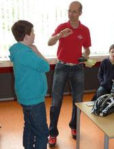 Herr Schneider bereitet die Schüler auf ein Rollenspiel vor
