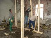 Ehrenamtliche Unterstützung beim Abstützen eines einsturzgefährdenen Dachs. Foto: A. Ehresmann, 20.10.2007