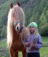 Sandra mit fünf Jahren. Darunter auch von Sandra ein eingerichtetes Dioshow