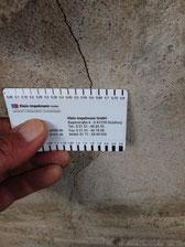 Risse lassen Feuchtigkeit eindringen, jetzt entstehen feuchte Wände und Schimmel
