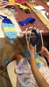 小さなお手々で上手に編んで行きます。。。