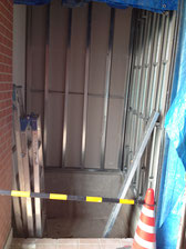 玄関左側にエレベータスペースのフレームが取り付けられる。