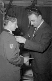 Der damalige Gausportleiter Günter Pietruschka (rechts) zeichnete 1965 den 1. Gauschützenmeister Max Krickl mit dem Protektorabzeichen des BSSB aus.