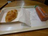 朝食はクロワッサンと野菜ジュース!クロワッサンが本当に美味しくてビックリしました!
