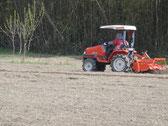 トラクターで、何回も何回も耕します。