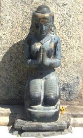 インド・ブッダガヤ大塔入口にある合掌する女性の像