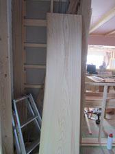カウンターの松の厚板
