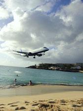 マホビーチは空港に隣接しており、頭上にジェット機が迫ってくるので有名