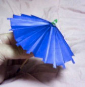 折り紙の傘の上の画像