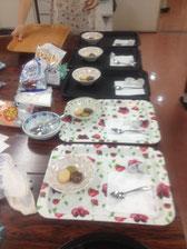 お客さんの来店に備えて事前にクッキーをお皿に盛っておきます。