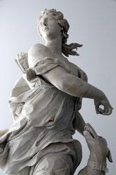 une statue représentant une femme et un chien dans l'antiquité. La femme drapée tient la tête du chien avec sa main gauche par coach canin 16 educateur canin à angouleme