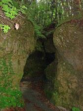 支笏湖南岸にある苔の洞門