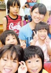 子どもたちに囲まれ、保育士として日々奮闘する阿部さん=7月31日午後、新川保育所