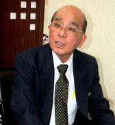 文科省の是正要求を受け、報道陣の質問に答える慶田盛教育長=14日午後、竹富町教委