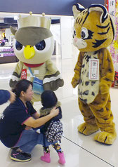 「ぱいーぐる」、「まーや」のマスコットも参加し、事故防止普及啓発活動を展開した=20日午前、南ぬ島石垣空港