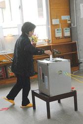 期日前投票する有権者=2日午後、双葉公民館