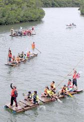 宮良川の川下りに挑戦した6年生たち=15日午前、宮良