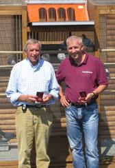 Hermann Schlief (links) und Martin Stiens präsentieren Ihre Bronze-Medaille vor der eigenen Schlaganlage