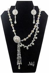photo d'une parure blanche en verre de Bohème et argent massif 2 pièces un collier et des boucles de style rétro chic