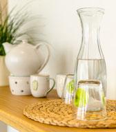 Zur Erfrischung stehen Wasser und Tee für Sie bereit
