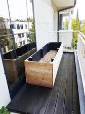 Hier sieht man ein Hochbeet auf dem Balkon.