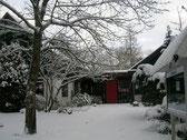 Tief verschneit präsentiert sich derzeit das Forsthaus Ukleisee.