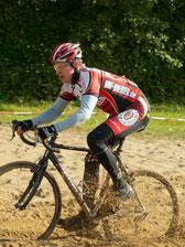 """Jens Koop hier bei einem Crossrennen. Er kann auch in"""" Sandkisten"""" Rennrad fahren ."""