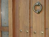 Puerta de entrada. Hecha con madera de castaño de Salvatierra, curada al natural durante 25 años.Muy acorde con la filosofía de la casa.