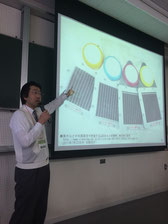色素増感型太陽電池の話をする東大の内田聡教授