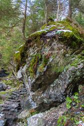 """""""TOBLE"""" Weg links vom Felsen sind Stufen in das Gestein eingearbeitet"""