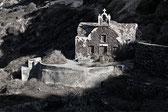 Kapelle an der Felswand oberhalb von Ammoudi, Foto Klaus Schoerner