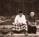 Bapak Reja und seine Frau sitzen vor ihrem Haus. Copyright 1999 by Klaus Schoerner