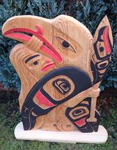 Holzskulptur, Reliefschnitzerei, Motiv Mensch mit Adler im Nordwestküstenstil, Bemalung  mit Erdfarben