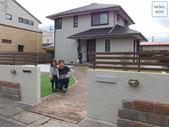 真鍮ライト、真鍮表札、塗り壁、人工木フェンス、人工芝、雑草対策、ガーデン、レンガ、砂岩石、施工例