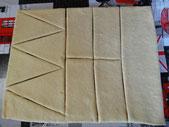 Tagliare i triangoli isoscelli con 12 cm di base e 20 cm di altezza