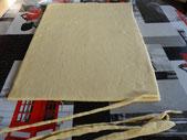 Раскатать тестo в прямоугольный пласт толщиной в 8-6 мм. Обрезать края