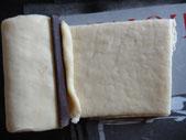 прикрыть его тестом, положить второй кусочек шоколада  и кусочек  теста обрезанного с краев