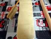 Tourner la pâte  d'un quart de tour, afin d'avoir la pliure sur le coté droit.