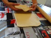 Plier la partie inferieure la pâte et replier la aux deux tiers de la pâte