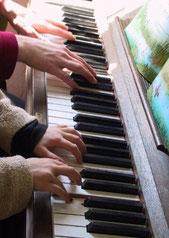 Klavierunterricht im Gruppenunterricht.