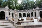 Märchenfiguren in Stein und sprudelnde Fontänen: der Märchenbrunnen. Foto: Helga Karl